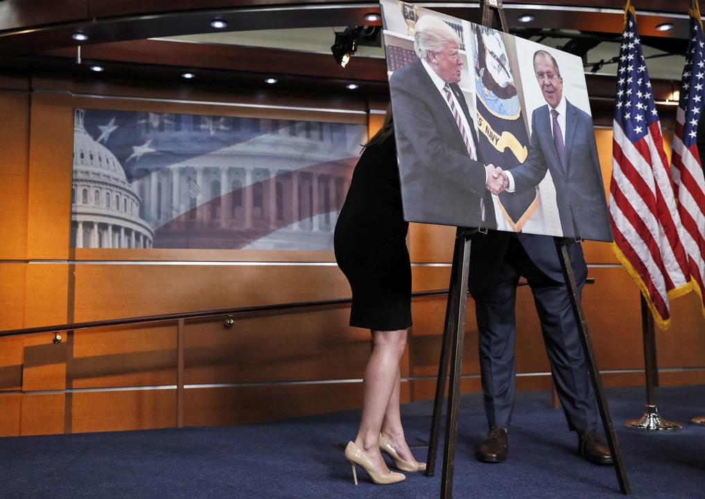 2017年5月17日,在美國華府國會山莊,眾議院民主黨黨團和眾議院監督委員會正準備就美國總統特朗普懷疑向俄羅斯外長拉夫羅夫洩密的事件舉行新聞發布會。