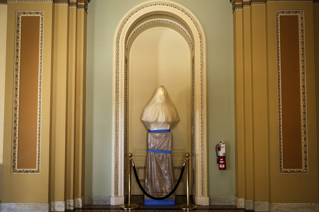 2017年5月17日,美國華府國會大樓正測試新安裝的煙霧探測系統,期間需要用膠布包著展品。圖中包著的是第32屆美國總統加納的大理石雕像。
