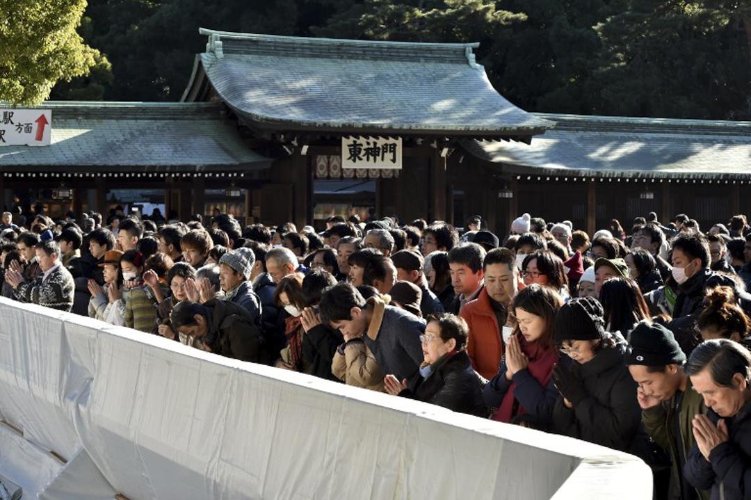 日本通民為慶祝新年拜訪明治神社。數百萬日本人每年新年會到訪全國各地的寺廟和寺廟,為家庭的福祉祈禱。