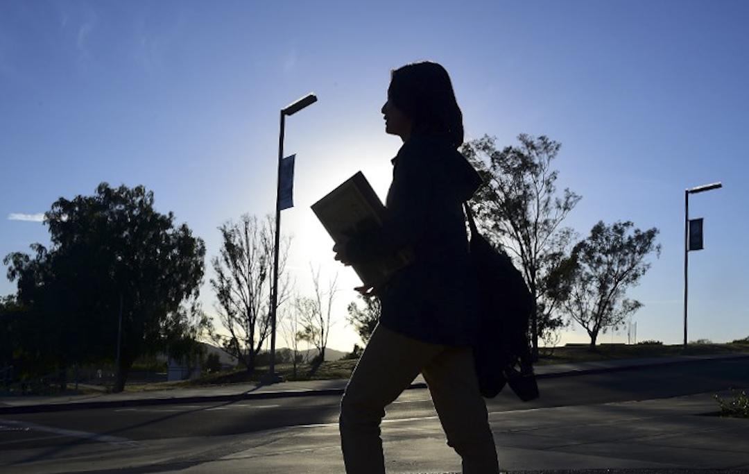 在中國傳統的民族主義話語體系中,海外留學生總是被要求承擔宣傳中國正面形象的責任。圖為一位於美國留學的中國學生在校園路過。