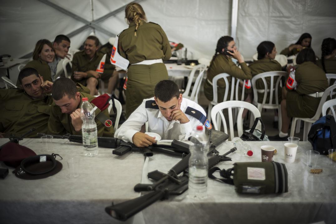 2017年5月22日,以色列特拉維夫,一名以色列士兵在特朗普總統登陸前休息。這是特朗普作為總統的第一次訪問,他的行程將包括與巴勒斯坦和以色列領導人的會議。