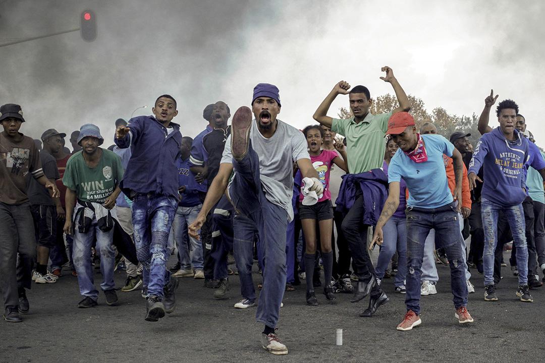 2017年5月9日,南非最大城市約翰內斯堡爆發示威活動,示威者在路障前唱歌跳舞。