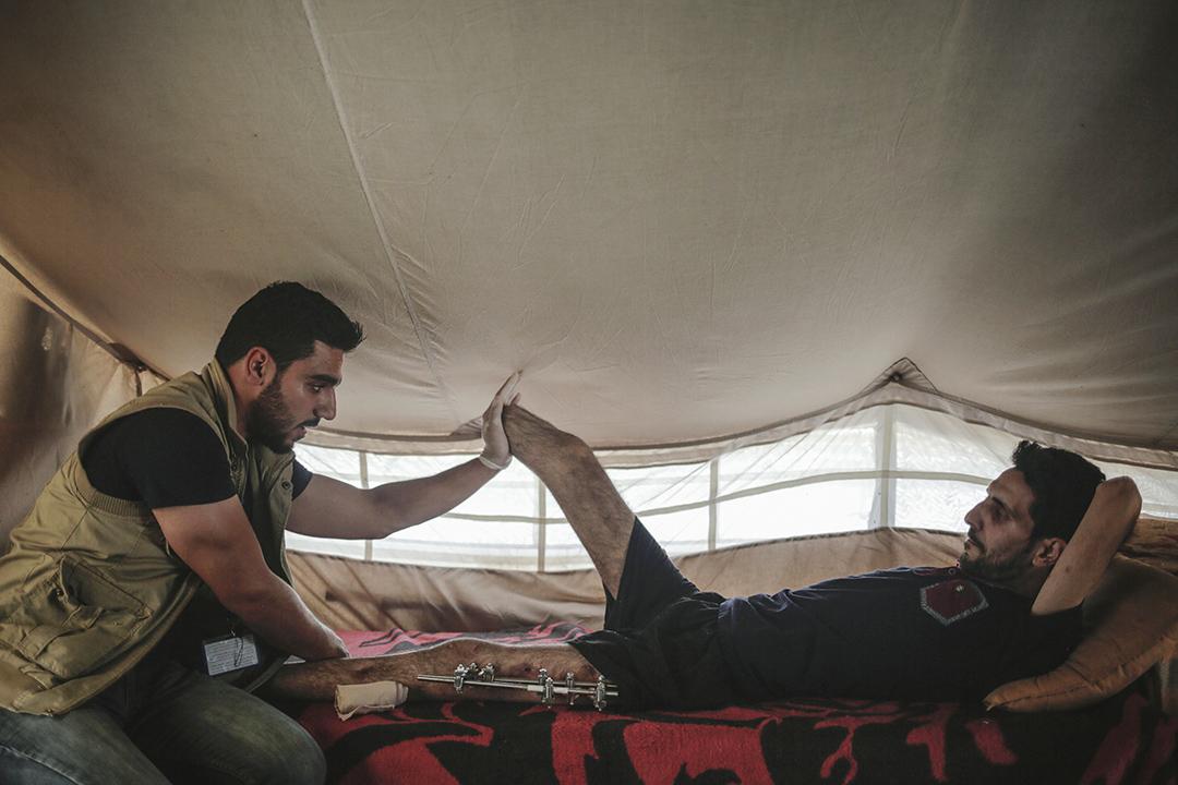 2017年5月8日,一名男子在伊拉克北部的一個帳篷內接受物理治療。該名男子在迫擊砲擊中房子後失去了右腿。