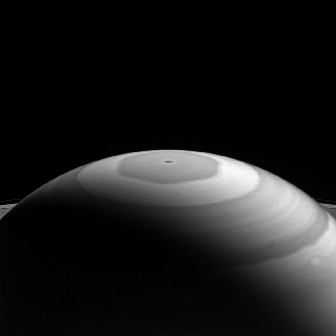 2016年9月5日,土星北極的六角形漩渦。