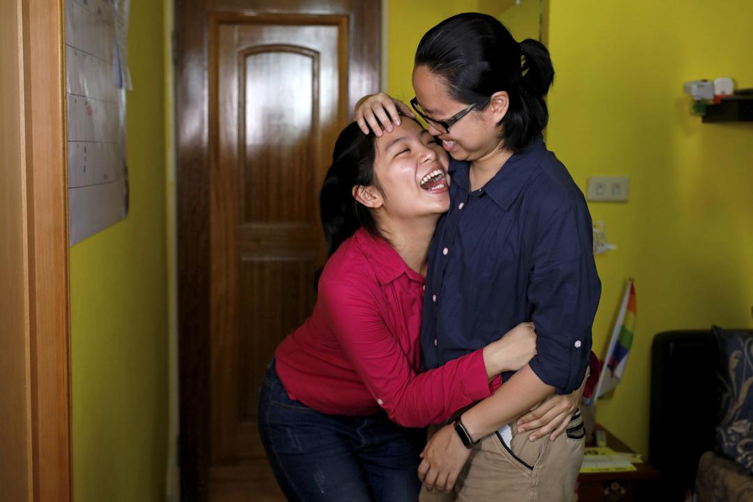 32歲的 Solo Lee (右) 和伴侶25歲的 Lisa Cho。Solo 說:「我覺得愛就是美好的,會令人開心的。我們跟異性戀伴侶一樣,就只愛對方。」