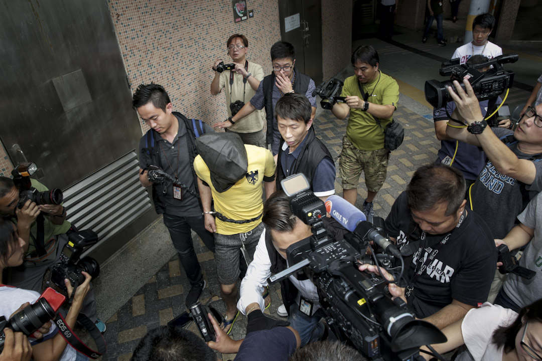 2017年5月7日,一名女士於凌晨歸家途中,在九龍灣被劫匪搶去手機,復在觀塘道一橋底下被強姦。48歲的疑犯三天後在秀茂坪區落網,之後被押解至秀茂坪邨秀緻樓寓所蒐證。