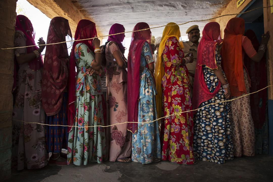 在印度婦女運動史上,她們為追求平等,投入民族獨立、國家建設和社會抗爭之中,又面臨種種壓制與反撲,每進一步,都異常艱難。圖為印度婦女排隊為地方選舉投票。