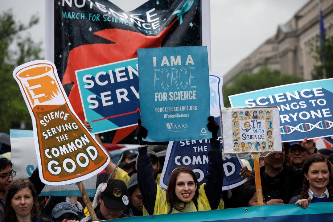 2017年4月22日世界地球日,在美國華府,群眾參與名為「為科學遊行」的示威,舉著寫有支持科學的字句的標語,向著美國國會大廈進發。
