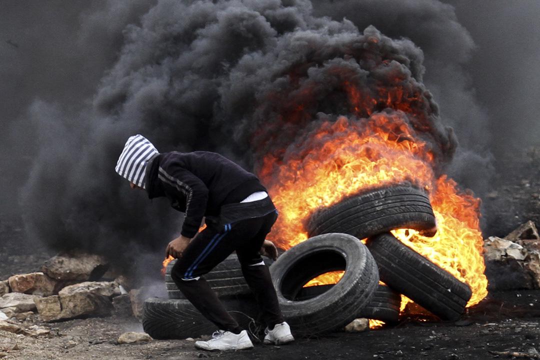 示威者燃燒輪胎作為路障。