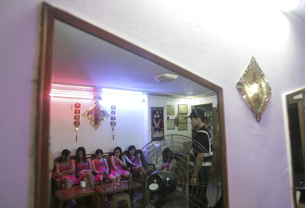 深圳其中一次打擊色情行業的行動中,眾多性工作者被警方拘押。