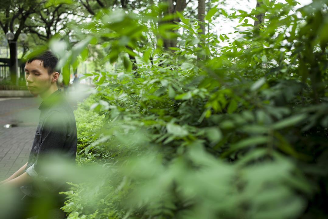 張賜豪也是八位學員之一,如今23歲的豪仔,因視力問題無法完成副學士的修讀,之後參加了盲人輔導會的白杖行走訓練和烹飪等職業、生活技巧的訓練,但依舊找不到一份合適的工作,也找不到方向。