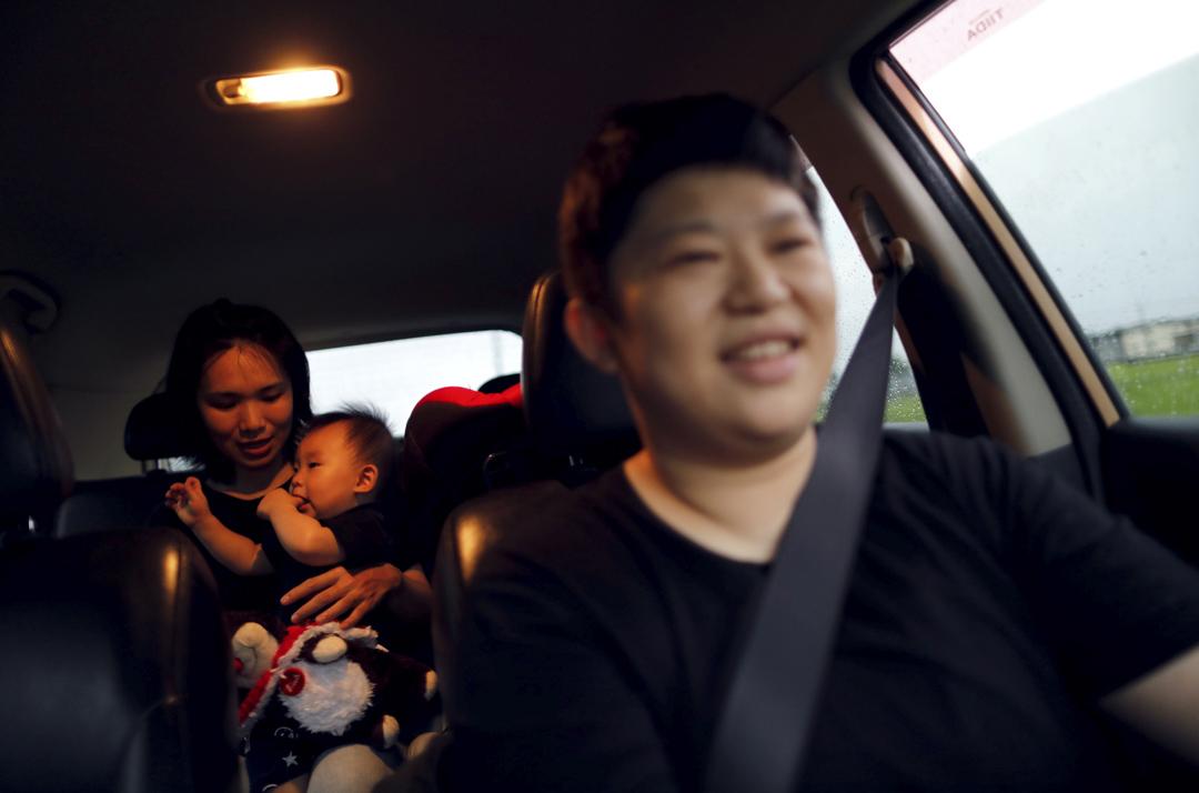 35歲的餐廳東主 Leber Li 載著同齡的伴侶 Amely Chen 和她們的兒子 Mork。「養育孩子是我們的夢想,我們透過人工受孕誕下小孩,但只有跟小孩有血緣關係的一方能註冊成為合法母親,另一方卻無法在法律上履行作為家長的責任,這是不公平的。」Amely 說只要有愛,家庭如何組成都不重要,「有了我們兩個母親的愛,寶寶可以面對世界的一切。」