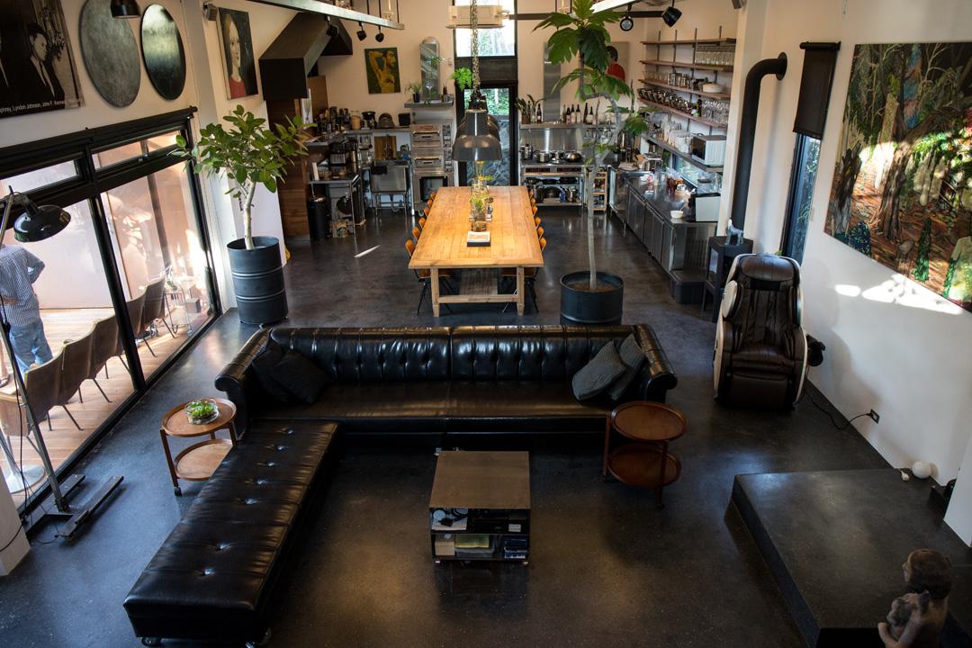 公共空間部分,像是餐廳和客廳,使用「白盒子」的呈現手法,讓自然光平均散播在開放空間。