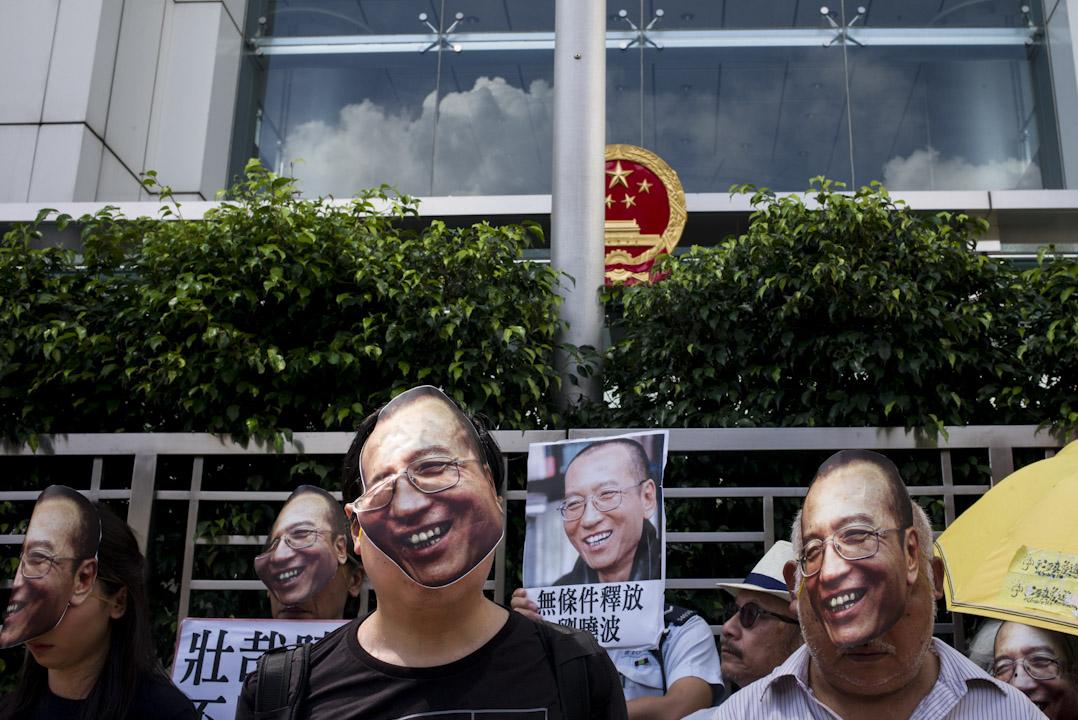 2017年6月27日,社民連與香港眾志到中聯辦請願,促請中共立即釋放劉曉波,讓他與家屬團聚及自由求診。 攝:林振東/端傳媒