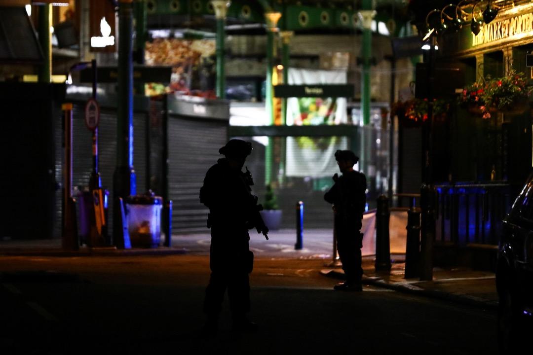 持槍警員在博羅市場門口戒備。
