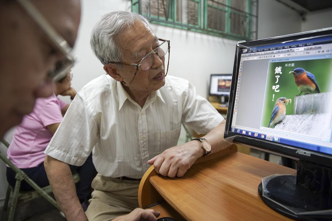 長輩們正在於電腦上畫「長輩圖」。