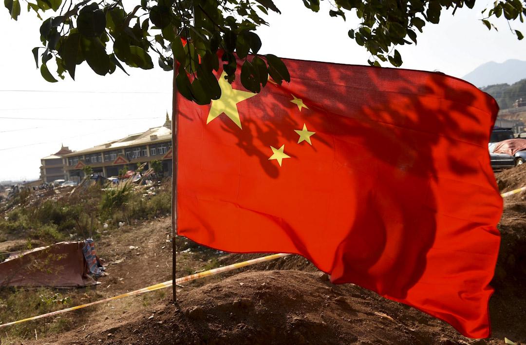 位於中緬邊境的雲南臨滄南傘鎮,口岸通道上插上的中國國旗,警戒線後就是緬甸果敢自治區。