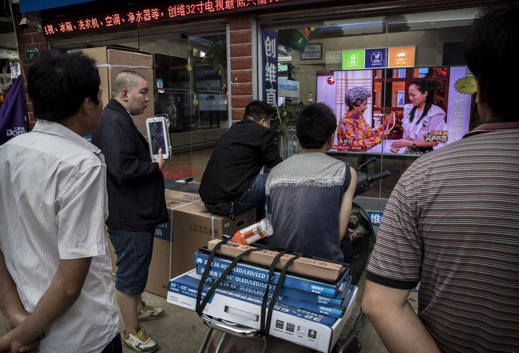 不少娛樂新聞的微信公众平台被封,引起公眾關注。圖為湖北武漢市,市民在觀看電視上的娛樂節目。