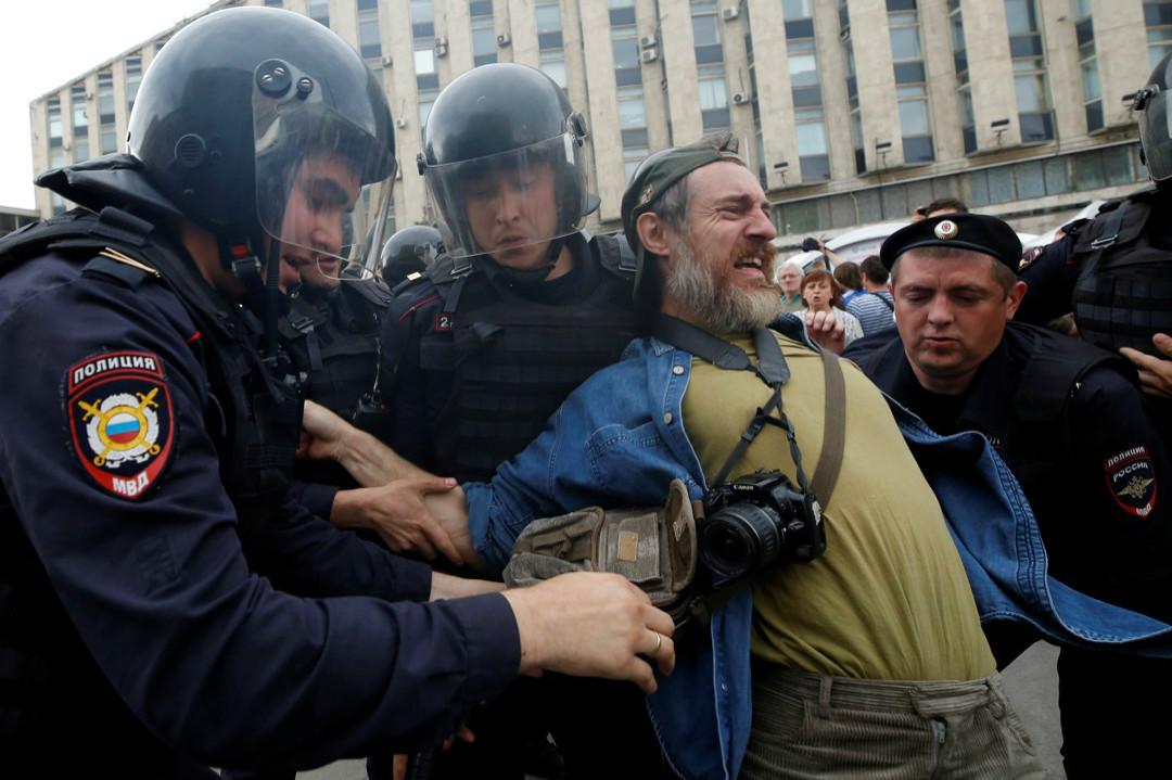 6月12日,莫斯科防暴警察拘捕反腐敗抗議活動中的示威者。 攝:REUTERS/Maxim Shemetov