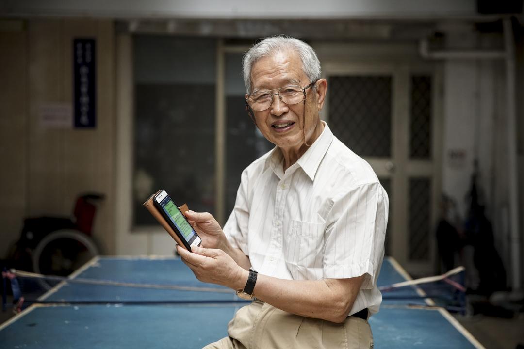 1930年出生的張望豪,65歲退休後開始到文化大學進修推廣部學習電腦軟體,曾將他的電腦繪圖作品送到資策會,參加65歲以上長者的競賽獲選,資策會頒法他第一屆「資訊爺爺」的殊榮。