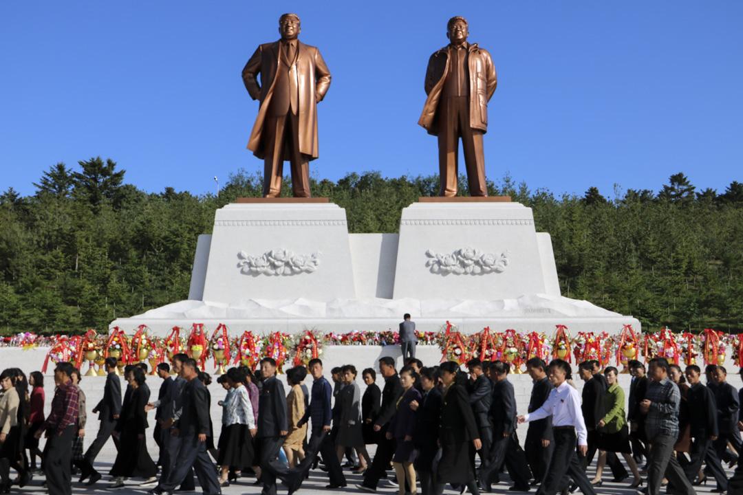 北韓人民參拜領導人銅像。 圖片來源:GLO Travel
