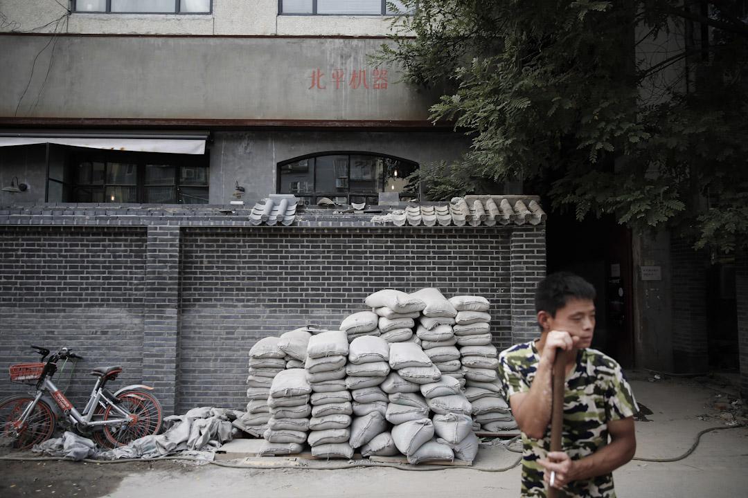 清除行動在2017年迎來全面升級。4月,北京開始整治「開墻打洞」,將沿街開的小商鋪、胡同裏的私建房「一網打盡」。圖為位於整治後於方家胡同的北平機器。 攝:尹夕遠/端傳媒