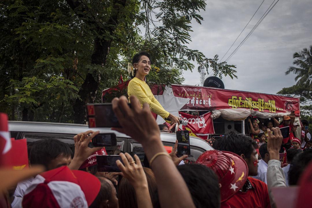 2015年,緬甸政局與社會情勢因國會改選發生劇烈的變化。全民盟贏得國會多數席次,取代軍政府,而昂山素姬也以資政職務,成為緬甸的實質領導人。