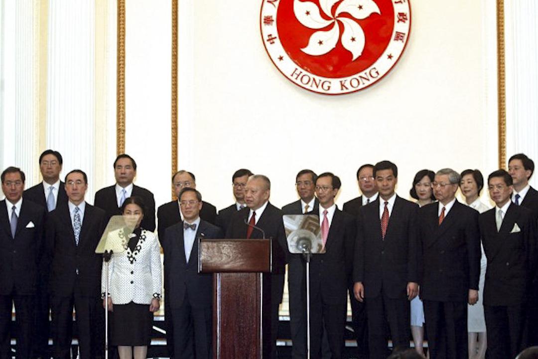 董建華於其特首第二屆任期(2002年7月1日)開始推行主要官員問責制。
