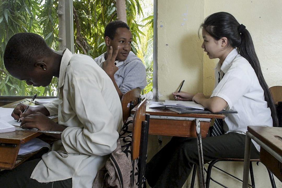 初中四年級的陳柔伊,被朋友們叫做妮妮,2012年,她跟做生意的爸媽來到坦桑尼亞,轉學到好撒馬利亞人學校,近年爸媽已經離婚,爸爸已回中國,家人擔心妮妮回國跟不上學校進度,決定讓她留在這裏繼續升學。 攝:步憲/端傳媒