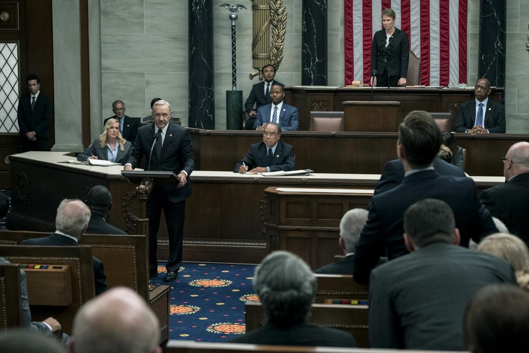 新一季《紙牌屋》從去年7月開始拍攝,到今年2月結束,其間美國上演了特朗普上台的逆轉勝大戲。飾演總統的 Frank Underwood的Kevin Spacey 都感歎:「《紙牌屋》正在現實中上演!」。