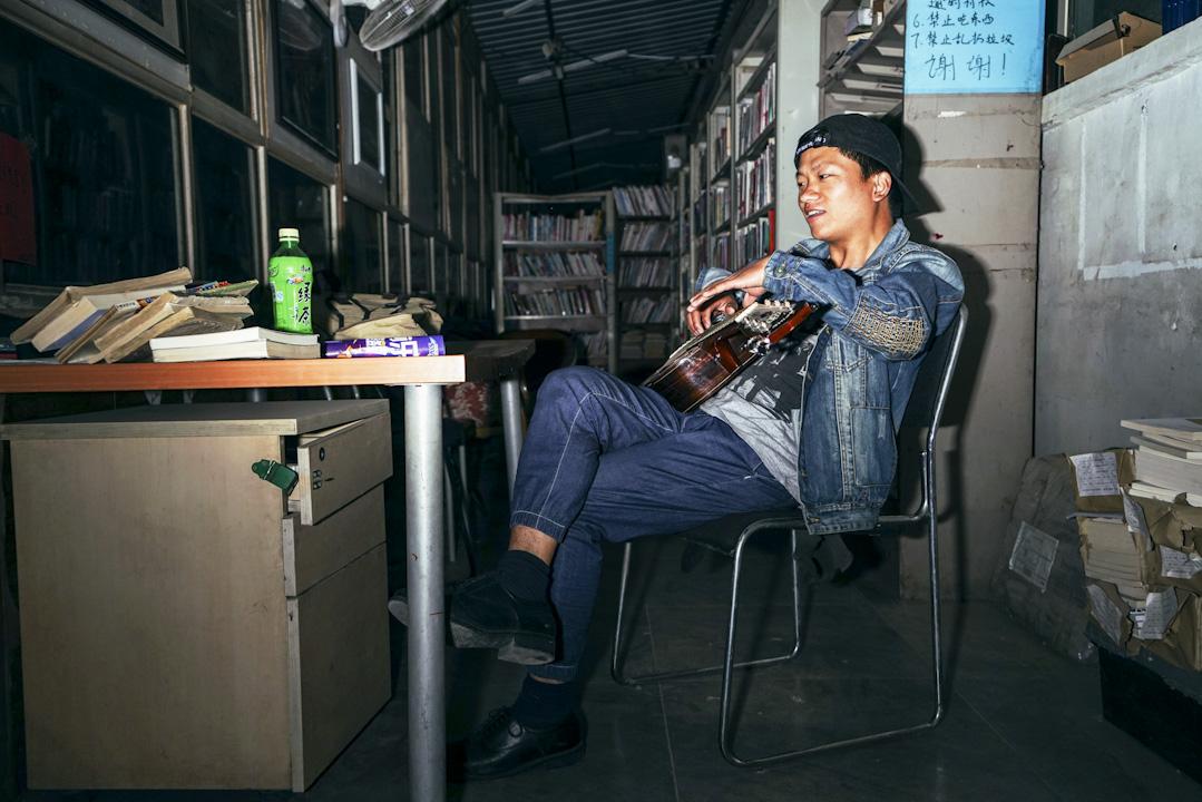小海本名胡留帥,1987年出生,筆名「小海」是為了向詩人海子致敬。在工廠的流水線上度過了14年青春後,搬到北京加入了皮村文學小組,在皮村,小海印了一本詩集,名字就叫《工廠的嚎叫》。有許多詩寫的是對工廠的感受。