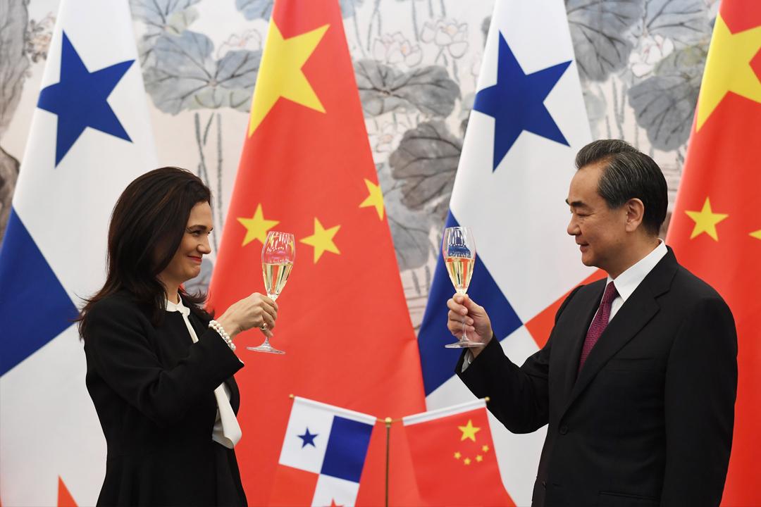 在北京,巴拿馬副總統兼外交部長 Isabel de Saint Malo 與中國外交部長王毅簽署建交文件後,互相祝酒道賀。 攝:Greg Baker/Reuters