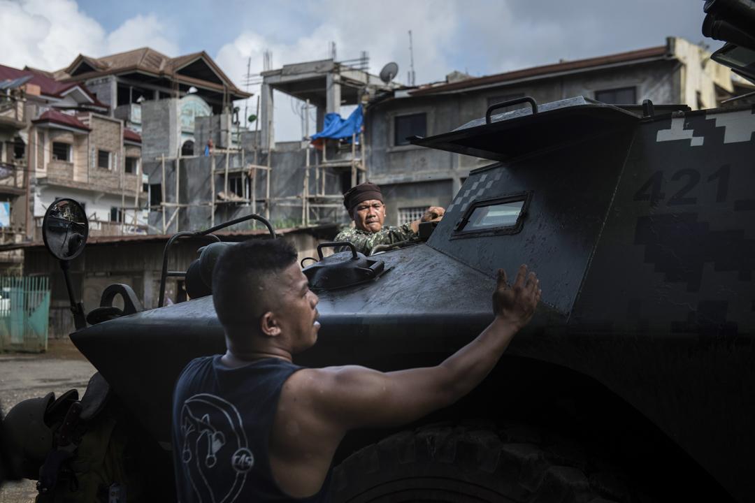 2017年5月30日,在菲律賓南部城市馬拉維,士兵正準備突圍,向武裝分子的陣地進發。本週初菲律賓安全部隊試圖抓拿在馬拉維市的伊斯蘭派武裝分子,但遇到強烈反抗,數千名居民繼續逃離馬拉維地區。菲律賓總統杜特爾特宣布棉蘭老島實施戒嚴令,為期60日。