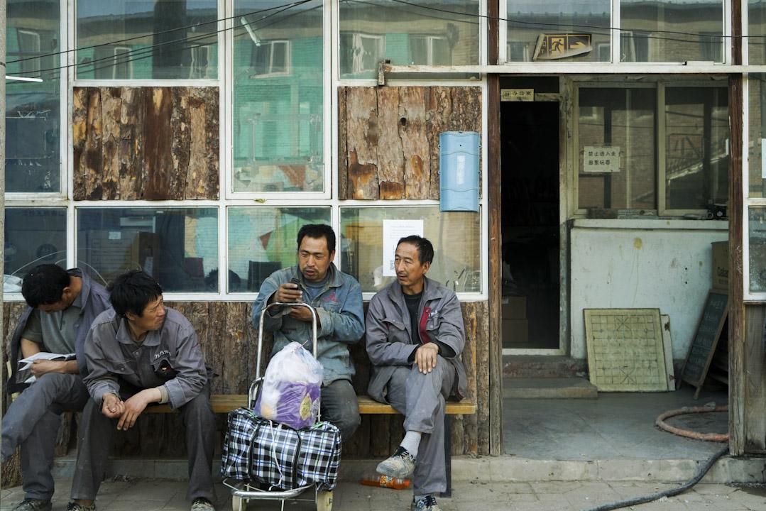 據中國國家統計局調查,中國有接近三億「新工人」。他們雖然戶籍仍在農村,但已經不再從事農業生產,而是長年在城市打工。這一龐大人群分布在各大城市的角落和夾縫中,鮮被主流文化所關注。皮村文學小組,成為他們發出微弱聲音的小小舞台之一。 攝:吕萌