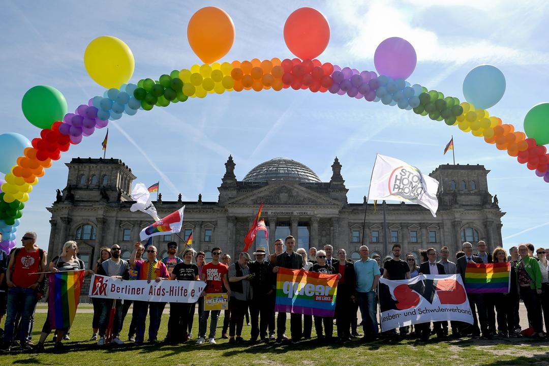 德國國會就同性婚姻合法化表決期間,有支持法案的人士在國會大樓前集會。 攝:Britta Pedersen/ Getty Image