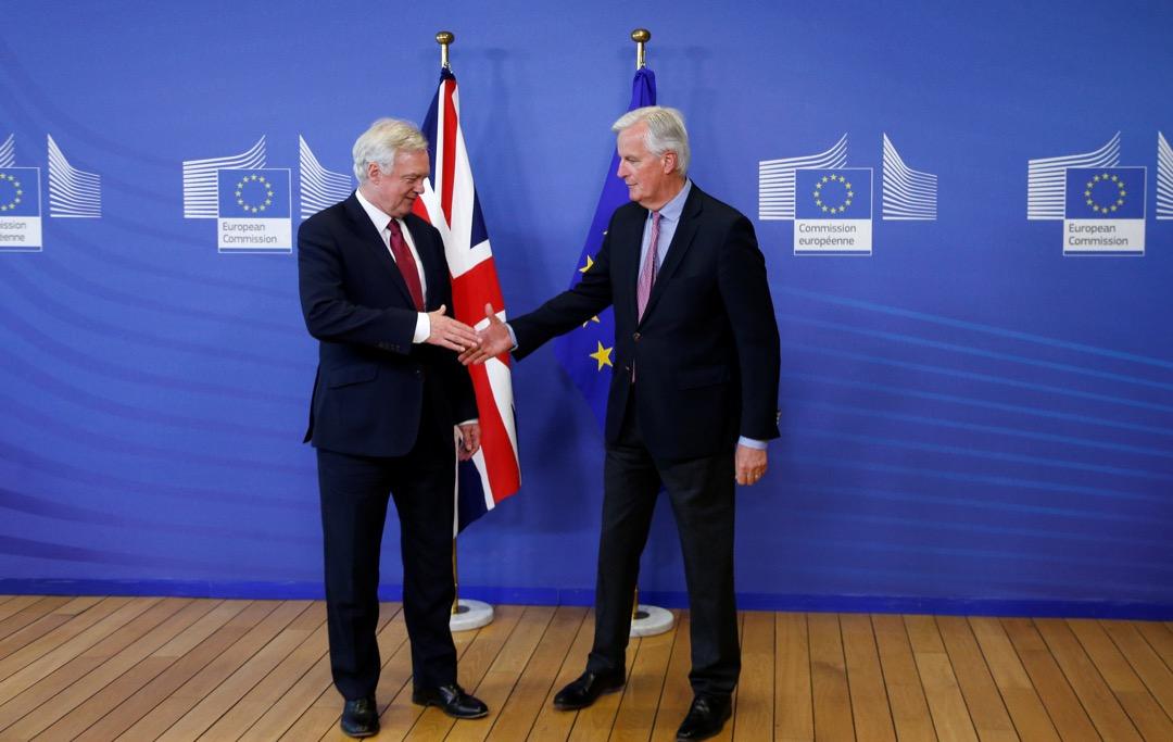 脫歐談判正式展開,英國脫歐事務大臣戴偉德(David Davis)抵達布魯塞爾歐盟總部,與歐盟談判代表 Michael Barnier 先禮後兵。 攝:Francois Lenoir/ Reuters