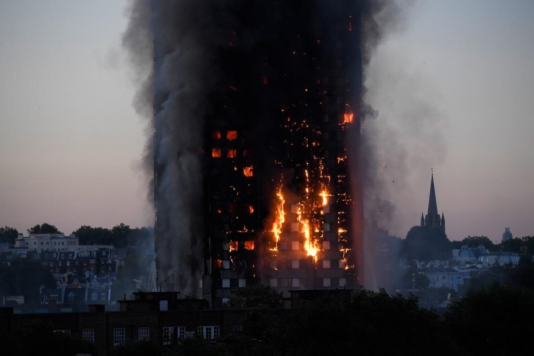 倫敦住宅大廈發生沖天大火,造成至少6人死亡。 攝:Toby Melville/Reuters