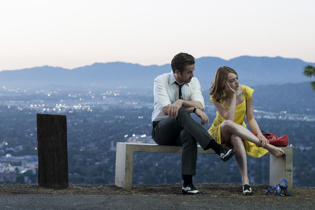 在《La La Land》裏,男女主角或許從來沒有真正進入過彼此的世界的內核。「同是天涯淪落人」的親切演變成愛情的火花,但實際上只是共享了一些外圍的寂寞。