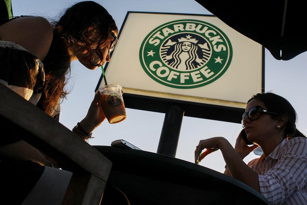 星巴克引入意式「Sprezzatura」文化,徹底將提神飲料轉變為中產階級生活方式的符號。