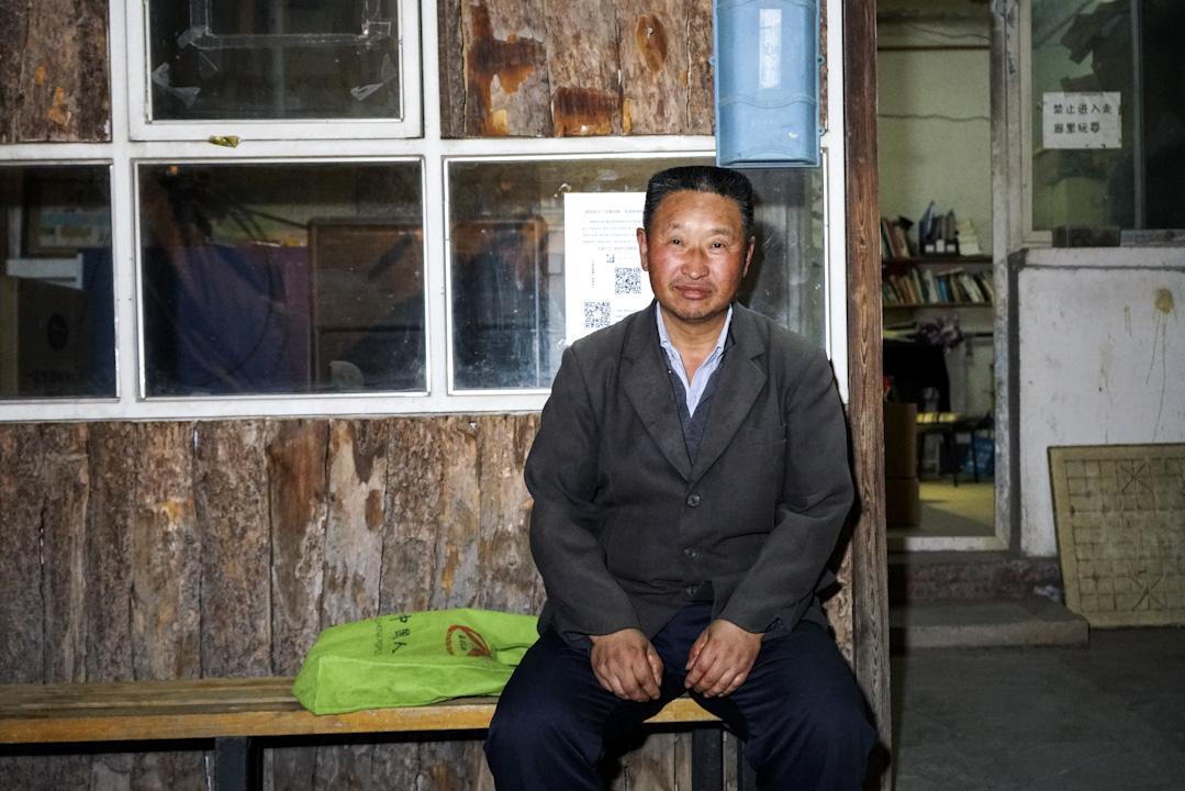 50歲的洗車工王春玉參加了文學小組,他打算跟着文學小組一直走下去,「有家的感覺,有時候心裏的煩惱在單位是不可能說的,但是在這兒可以說。」