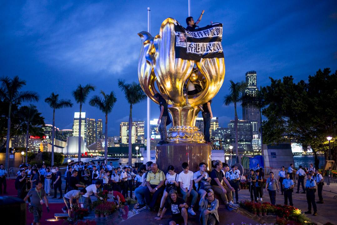 习近平访港前夕,香港众志、社民连、人民力量等多个政党或团体的成员抢占湾仔金紫荆广场,并呼吁港人到场声援及留守。 摄:林振东/端传媒