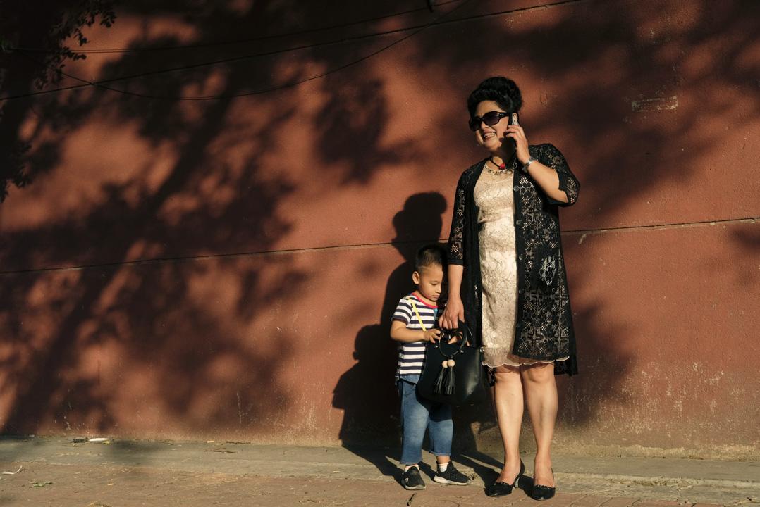 李忠霞今年51歲,她愛打扮,喜歡穿充滿女人味的蕾絲裙。 攝:Wu Hao/端傳媒