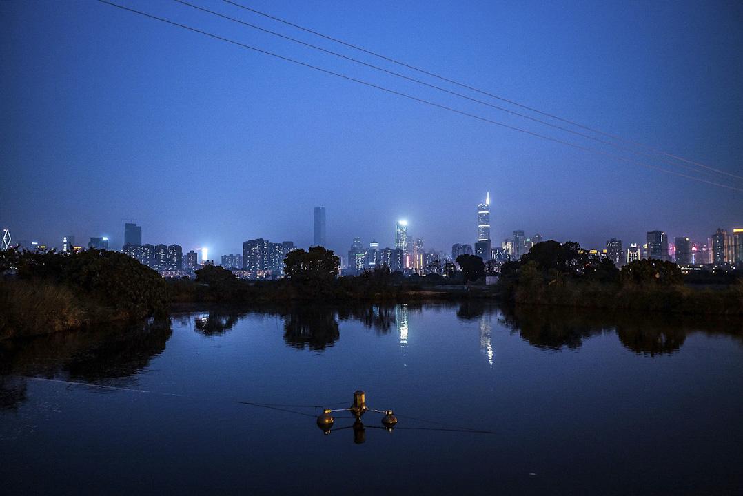 香港邊界旁的一個漁塘,遠眺對岸的深圳。