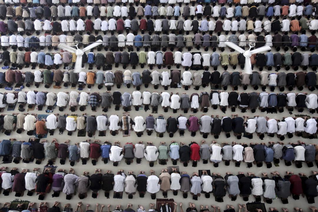 2017年5月27日,在印尼北蘇門答臘的棉蘭市,一所伊斯蘭教寄宿學校的學生在齋戒月的第一天進行禱告。