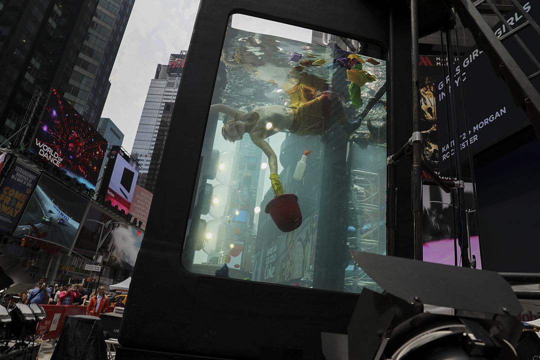 2017年5月31日,在美國紐約市舉行世界科學節,在時代廣場,一位表演者在一個載滿水的透明玻璃箱內漂浮,以喚醒人們對近年的水災、旱災、水位上漲等跟水有關的氣候問題的意識。