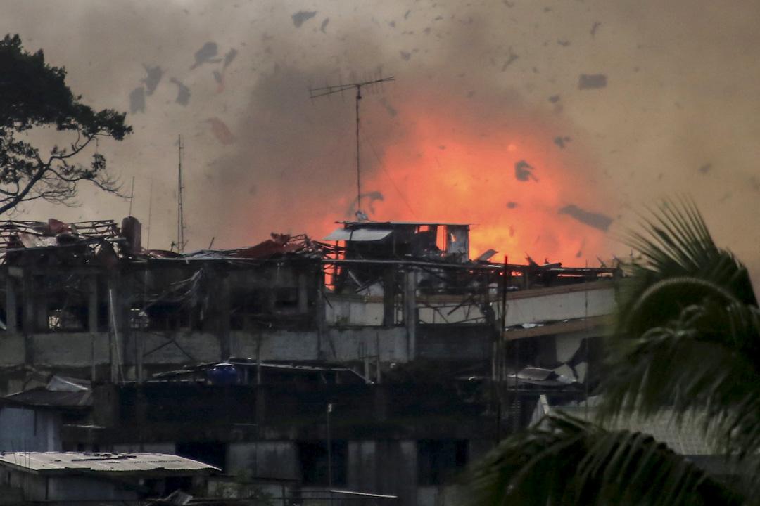 2017年6月19日,菲律軍警於馬拉威市投下炸彈攻擊叛亂份子。