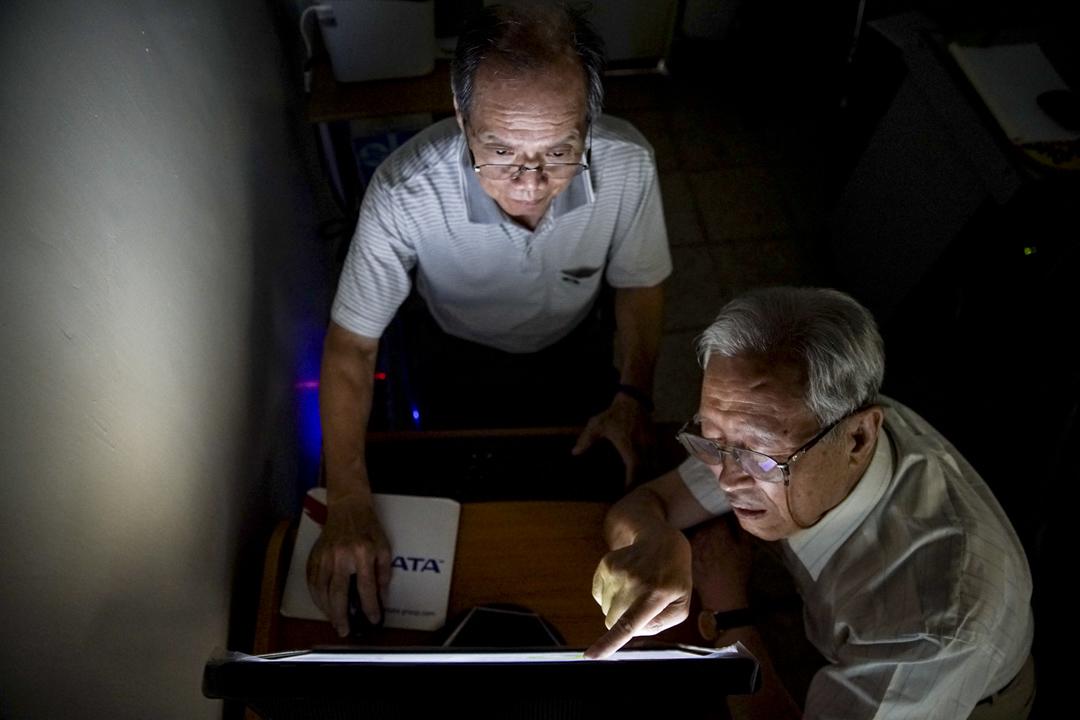 新忠里現任里長邱文龍(左)是協助張望豪開設電腦班的幕後推手。