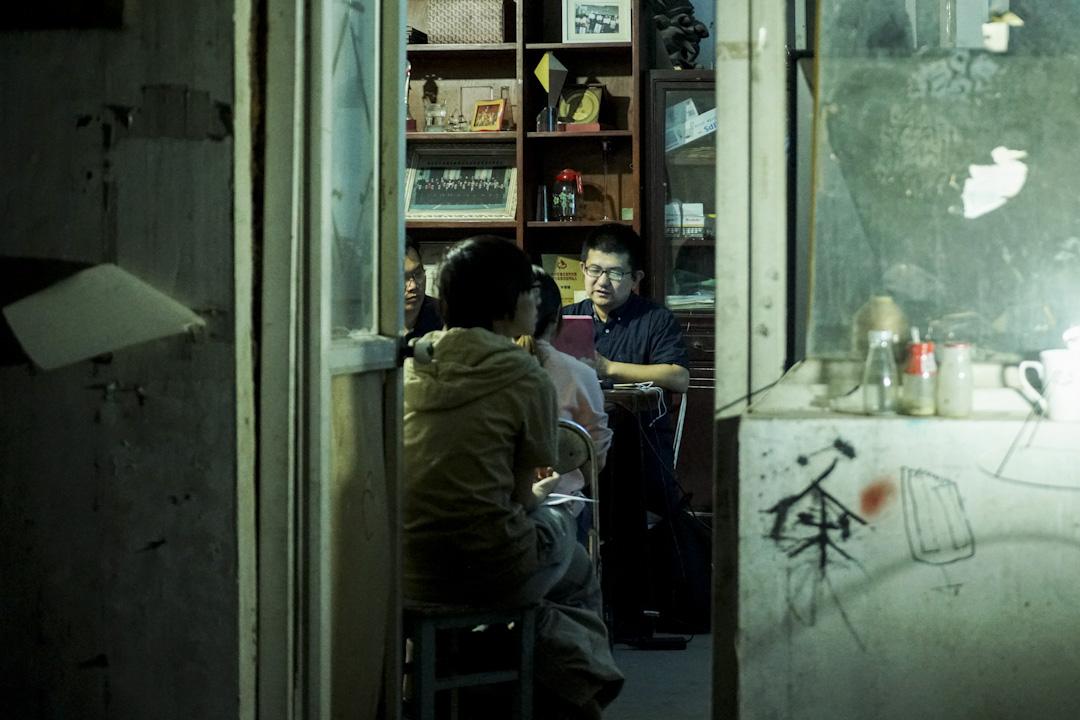 2014年,皮村文學小組成立,由北京大學文學博士張慧瑜(中)擔任指導,每週末為工友開設兩個小時的文學課。