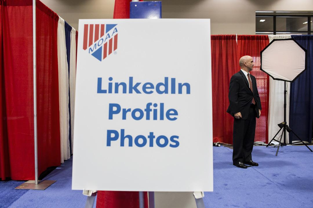 Linkedin這家體量在萬餘人的上市公司,在2015年的時候大概有接近200名Growth團隊。這其中絕大多數的growth hacker,都是數據分析或者工程師出身,極少數是產品經理。圖為Linkedin於一個職業展覽會上替退伍軍人拍攝人像照片。