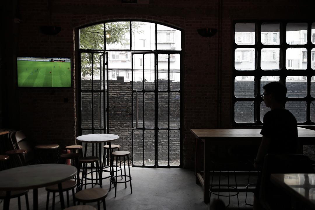 北京一家酒吧,前門被磚封起來了,酒吧生意慘淡。
